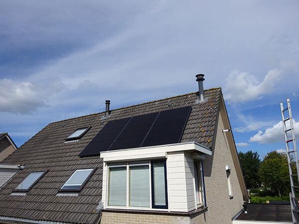 zonnepanelen op schuin dak in Groningen