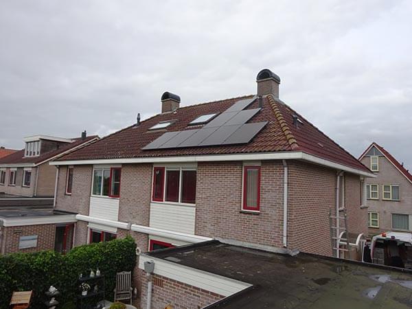 Zonnepanelen op dak in Hoogeveen