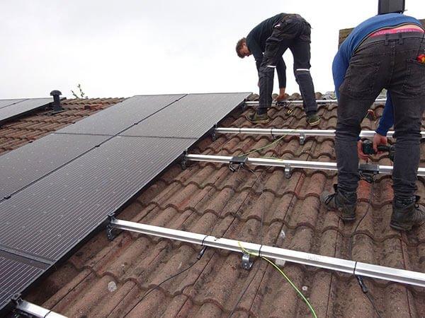 Installatie in veendam van zonnepanelen
