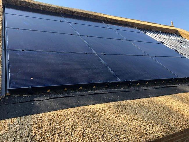 Zonnepanelen op rieten dak Friesland
